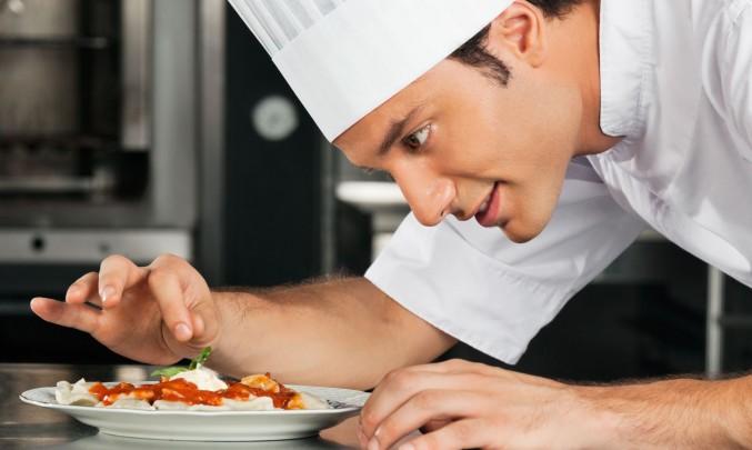 kuchař zdobí své dílo