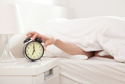 zena,postel, budik