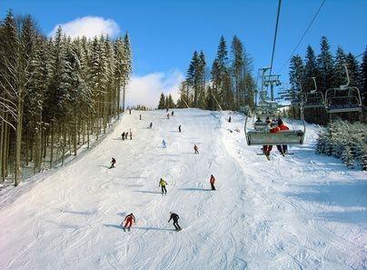 lyžaři na sjezdovce