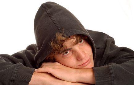 Teenager v kapuci