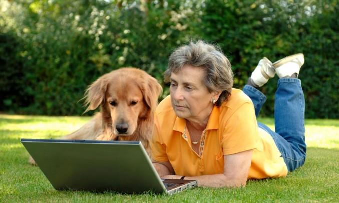 žena se psem a notebookem