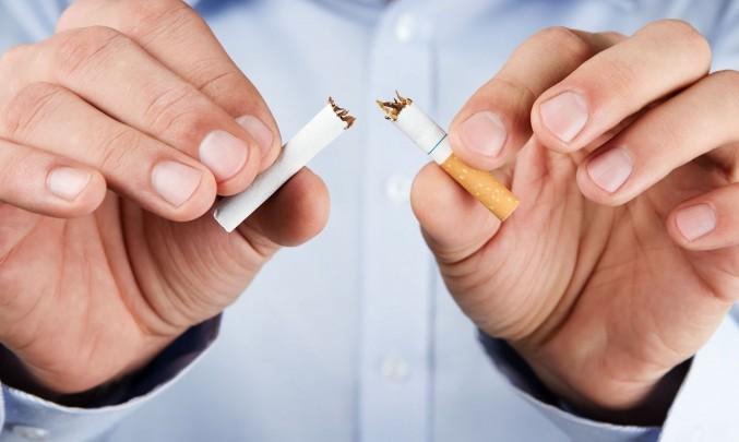 muž láme cigaretu