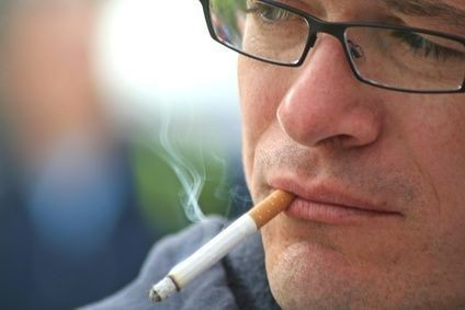 Kuřák s brýlemi