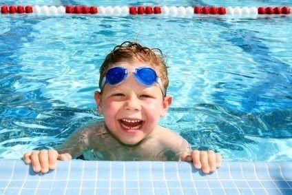 Chlapec v bazénu