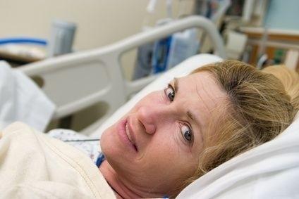 žena v nemocnici na lůžku