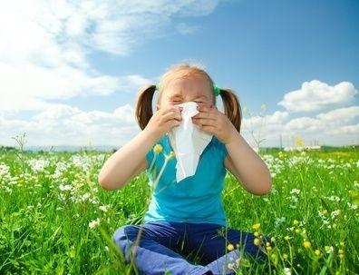 holčička smrká v trávě