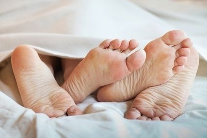 nohy, pár, v posteli