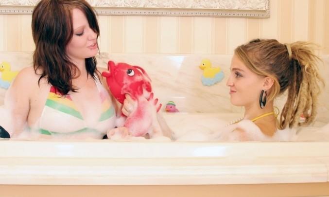 dvě ženy ve vaně, koupání, homosexualita, lesba, lesbička