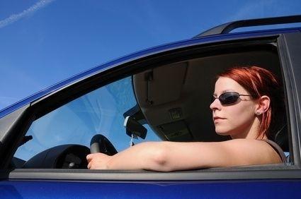 řidička se slunečními brýlemi