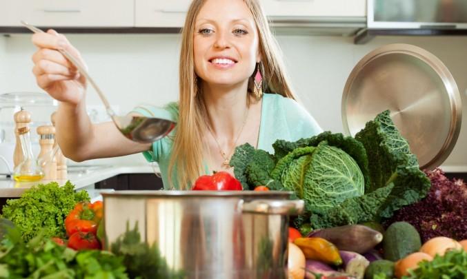 žena vaří velice zdravě