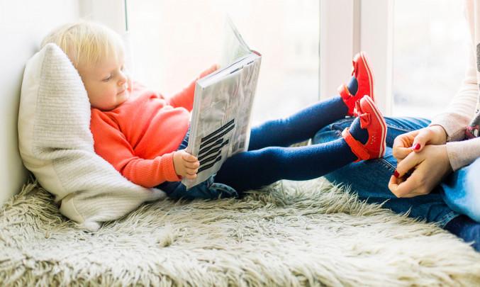 Malé dítě s knížkou