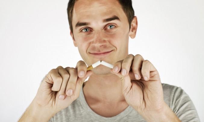 muž láme sviou poslední cigaretu a navždy končí s kouřením
