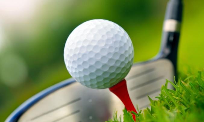 golfová hůl u golfového míčku