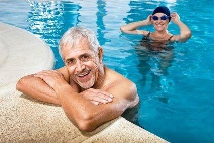 senior v bazénu