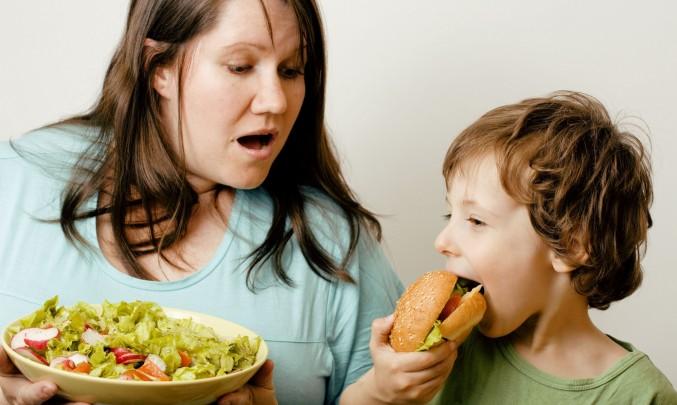 obézní žena krmí obézního syna