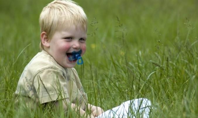 kluk, dítě, chlapec, dudlík, tráva