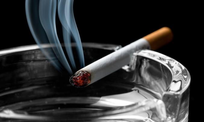 Výsledek obrázku pro cigareta popelník kouř