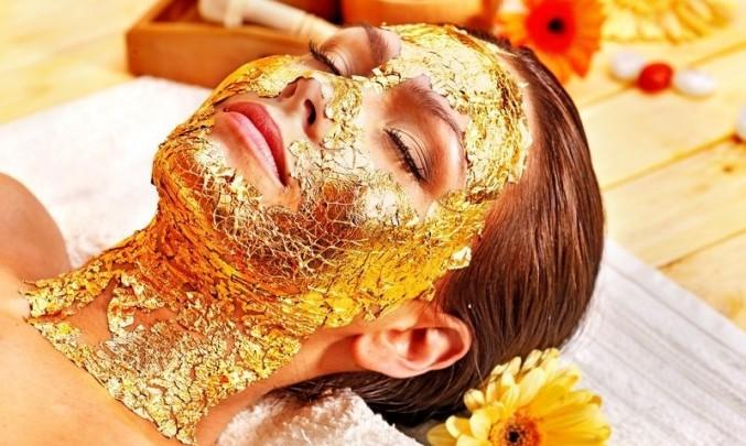 žena s obličejovou maskou ze zlata