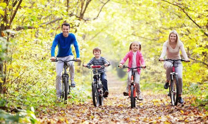 rodina na kole v lese