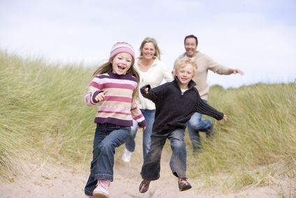 Běžící rodina s dětmi
