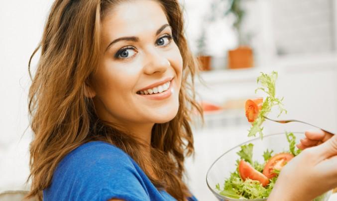 žena jí salát