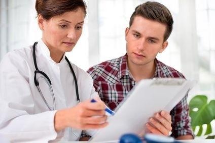 doktorka s pacientem nad zprávou, diagnózou