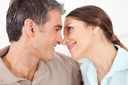líbající se starší pár