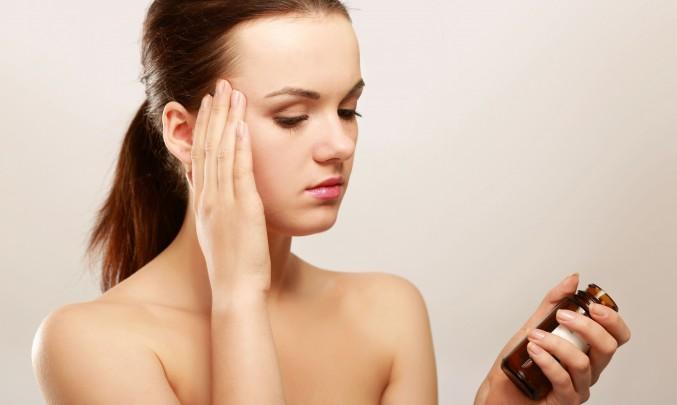 žena s prášky na bolest hlavy