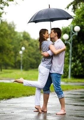 pár pod deštníkem, romantická jarní procházka v dešti