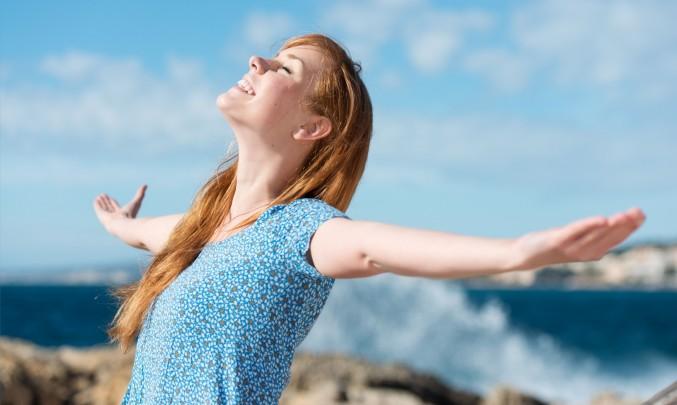 žena se zhluboka nadechuje a nechává prostoupit energii svým tělem :)