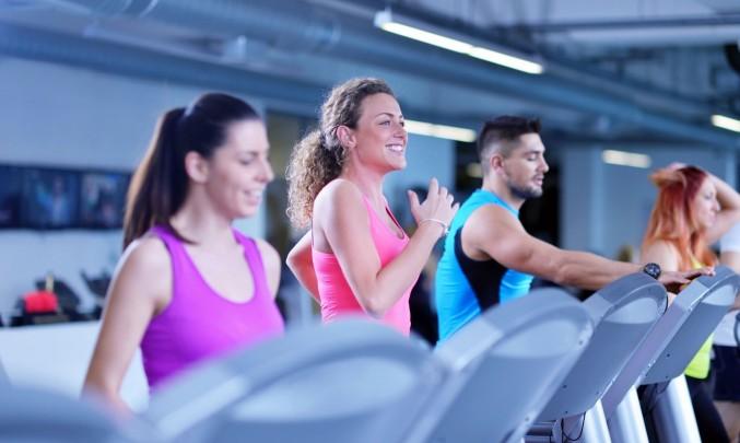 lidé cvičí ve fitness centru