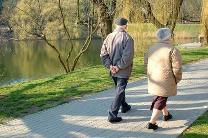 dva senioři na procházce