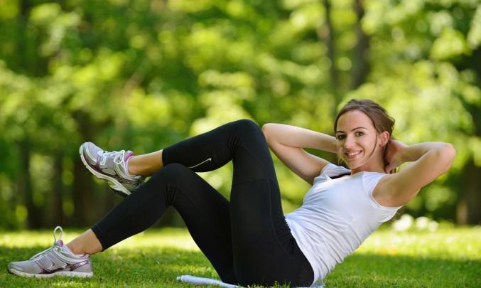 žena cvičí břišní svaly venku