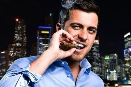 mladý kuřák doutníku v las vegas