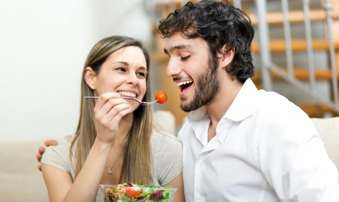žena krmí muže zdravou stravou