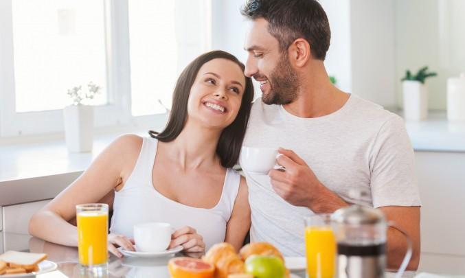 muž a žena snídá