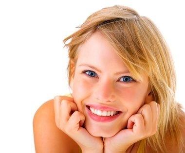 usměvavá dívka ve větru
