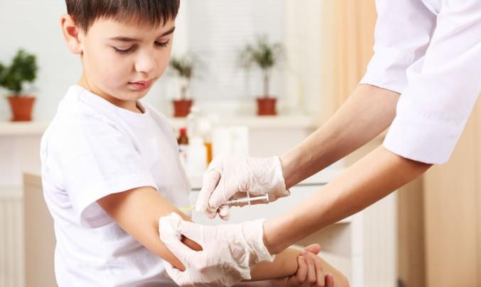 očkování kluka