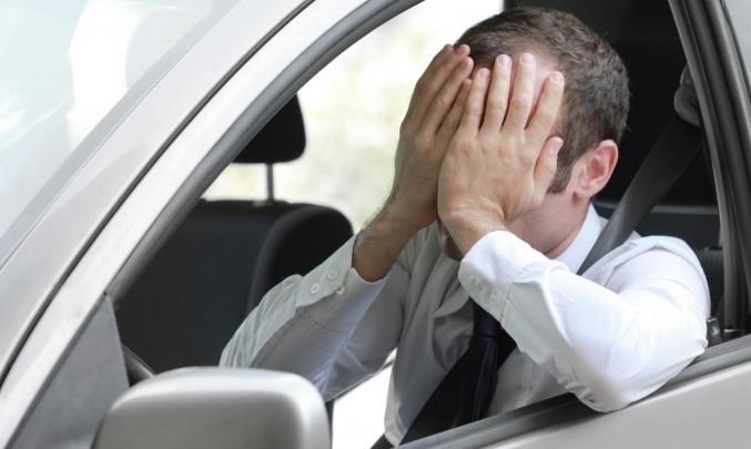 vystresovaný muž v autě
