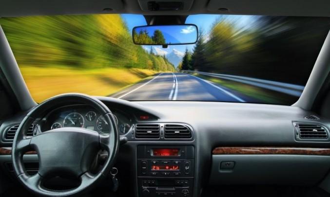 jízda silnicí ve velké rychlosti
