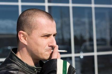 Kouření před budovou