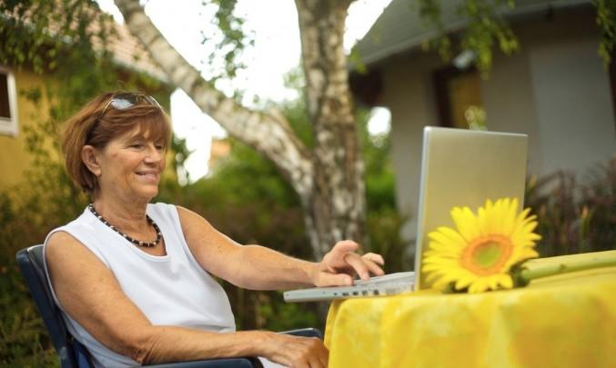 Žena,senior,důchodce,stáří,počítač- z HPV