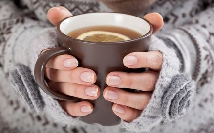 srudene ruce, hrnek, čaj