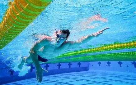 muž plavec v bazénu