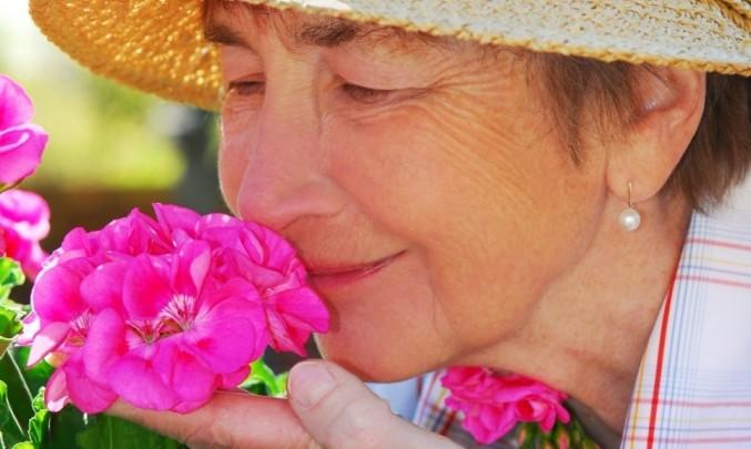 Žena,senior,důchodce,stáří,květina - z HPV