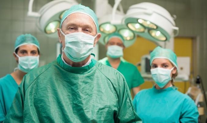 tým lékařů před operací