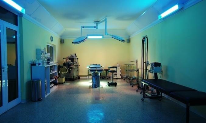 operace, chirurgie, chirurg, operační sál, germicidní světla