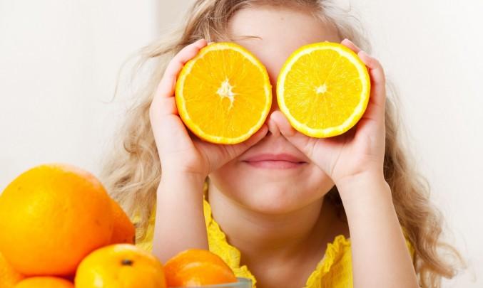 dítě s citrusovými plody místo očí