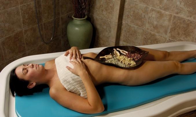 relaxace, odpočívající žena, pleťová maska, péče o tělo, masáž