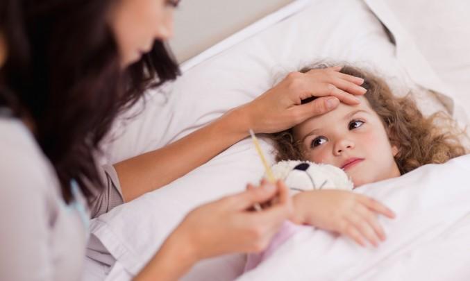 dítě v posteli s horečkou